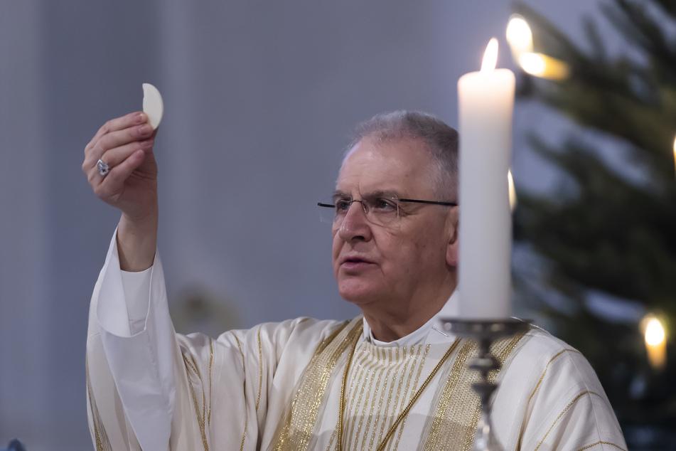 Bischof Heinrich Timmerevers am ersten Weihnachtsfeiertag 2020 in der Kathedrale Dresden. Dieses wurde coronabedingt nur mit einer kleinen Zahl an Gläubigen gefeiert.