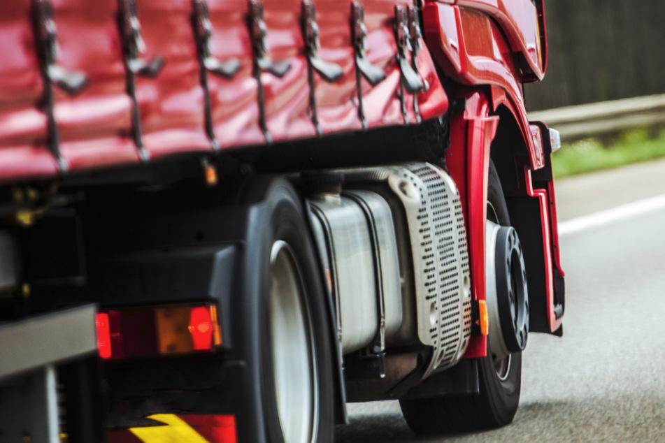 Während der Fahrt: Lkw-Fahrer stirbt auf A3