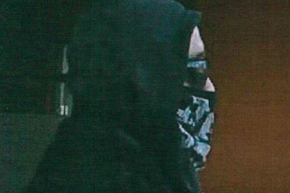 Eingebrochen und fett abkassiert: Polizei sucht diesen vermummten Verbrecher