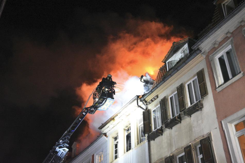 Brand in Dachgeschosswohnung: Feuerwehr räumt drei Häuser, zwei Verletzte