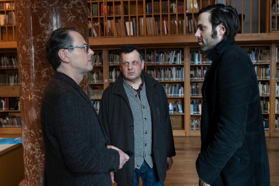 Anton Simhandl (Gerhard Wittmann, M.), Lukas Laim (Max Simonischek, r.) besuchen Bernd Moers (Peter Knaack) im Institut, um ihn zu befragen.