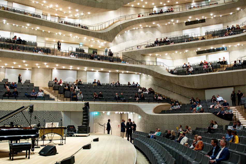 Besucher in der Hamburger Elbphilharmonie.