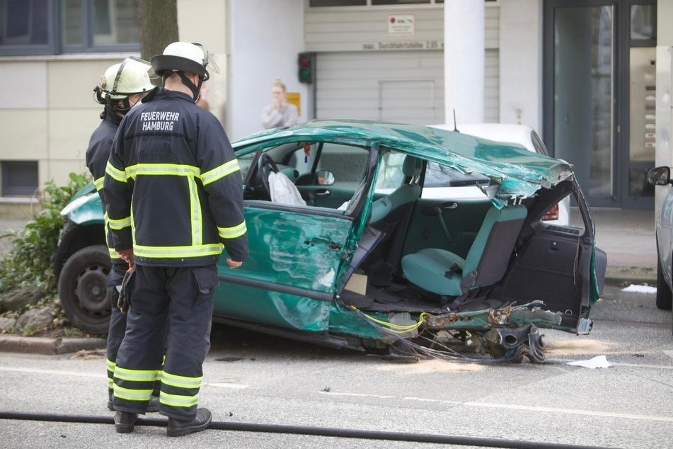 Der Unfallfwagen ist völlig zerstört.