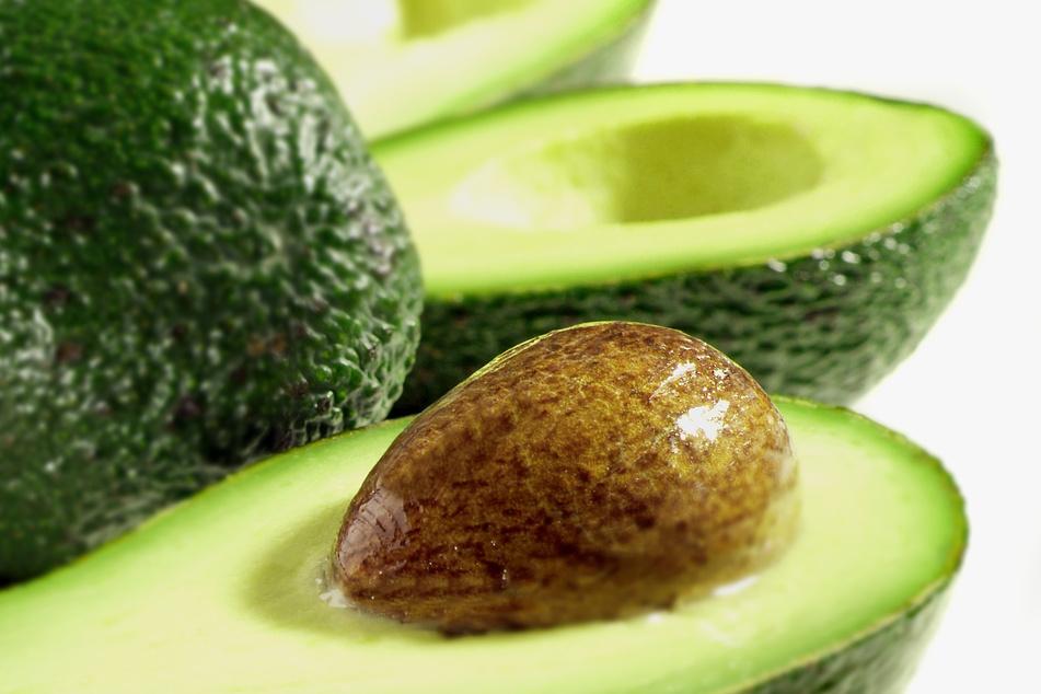 Nicht vorgereifte Avocados reifen auch zu Hause bei Zimmertemperatur.