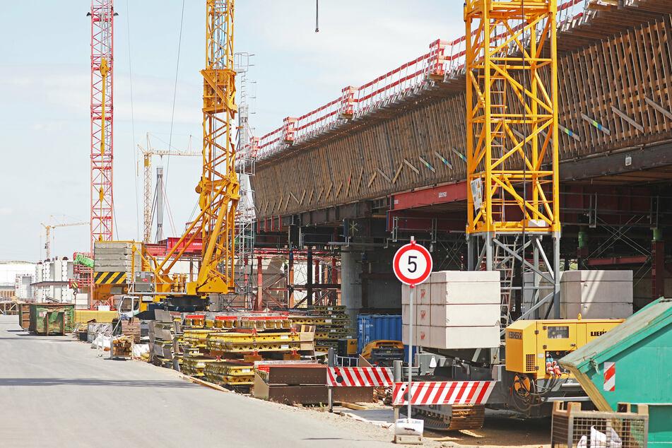 Der Verkehrsausschuss des NRW-Landtags muss sich mit der Ausschreibung des Ausbaus der Leverkusener Rheinbrücke befassen.