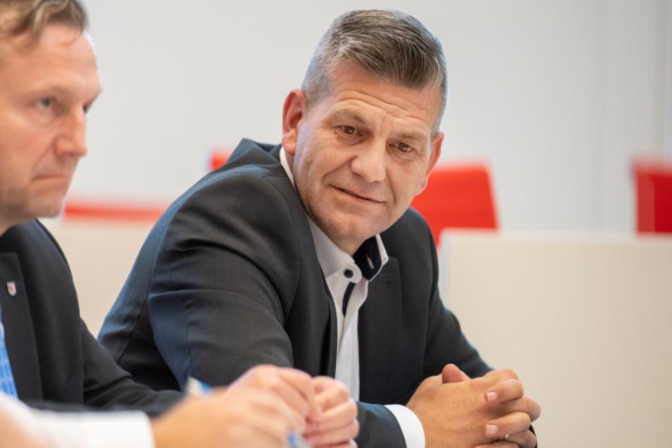 Daniel Freiherr von Lützow (r.) sitzt während der Sitzung des Brandenburger Landtages im Plenarsaal. Der AfD-Landtagsabgeordnete war einer der Partygäste.