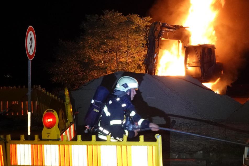 Auf dem Jahrtausendfeld in Leipzig ist in der Nacht zu Mittwoch ein Bagger in Flammen aufgegangen. Die Polizei geht von Brandstiftung aus.