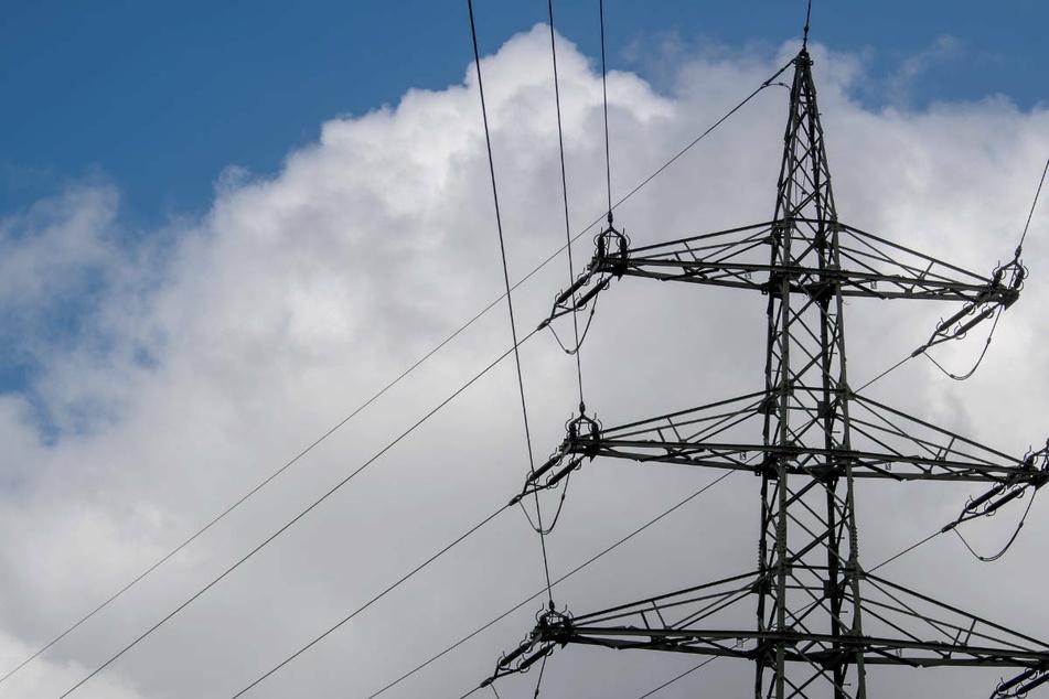 Mitarbeiter des Unternehmens waren über mehrere Stunden damit beschäftigt, die Stromversorgung wiederherzustellen (Symbolbild).
