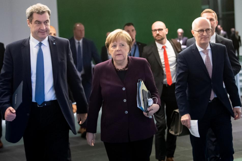 Ministerpräsident von Bayern, Bundeskanzlerin Angela Merkel (CDU) und Peter Tschentscher (SPD), Erster Bürgermeister von Hamburg, kommen zu einer Pressekonferenz nach dem Treffen der Bundeskanzlerin und weiteren Mitgliedern der Bundesregierung mit den Regierungschefinnen und Regierungschefs der Länder im Bundeskanzleramt.