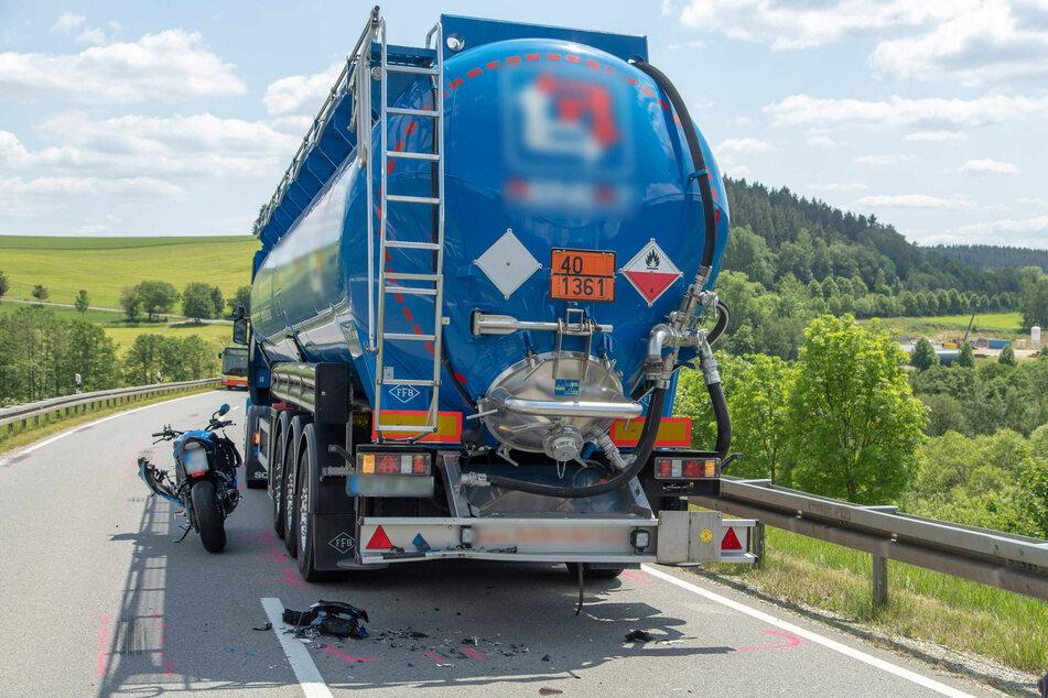 Schwerer Unfall im Erzgebirge: Biker kracht auf Gefahrgut-Laster