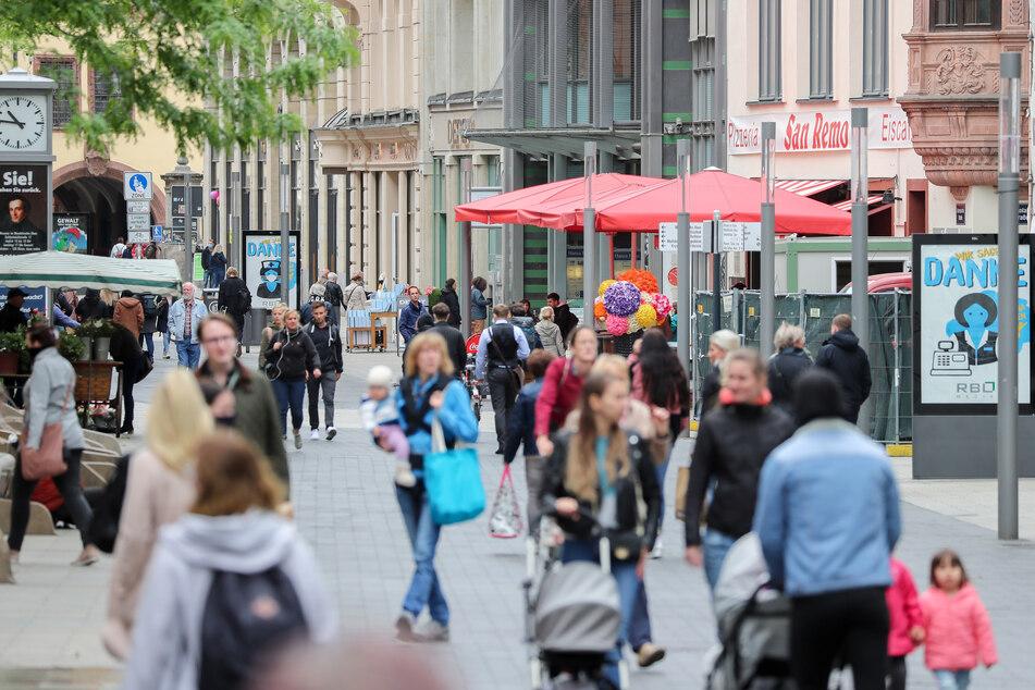 Zahlreiche Menschen gehen durch die Fußgängerzone in der Grimmaischen Straße in der Leipziger Innenstadt.