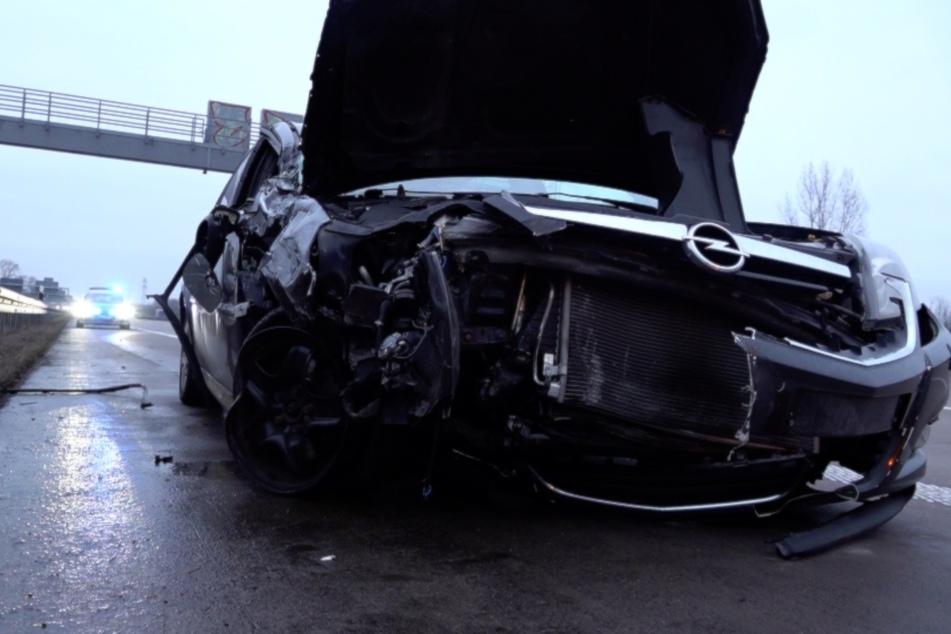 Opel kracht auf A2 in Lkw: Fahrer hatte mehrere Schutzengel