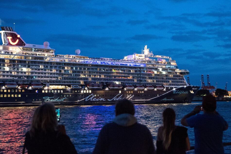 """Das Tui-Kreuzfahrtschiff """"Mein Schiff 2"""" lief am Freitagabend zu einem dreitägigen Rundtrip auf der Nordsee in Richtung Norwegen aus."""