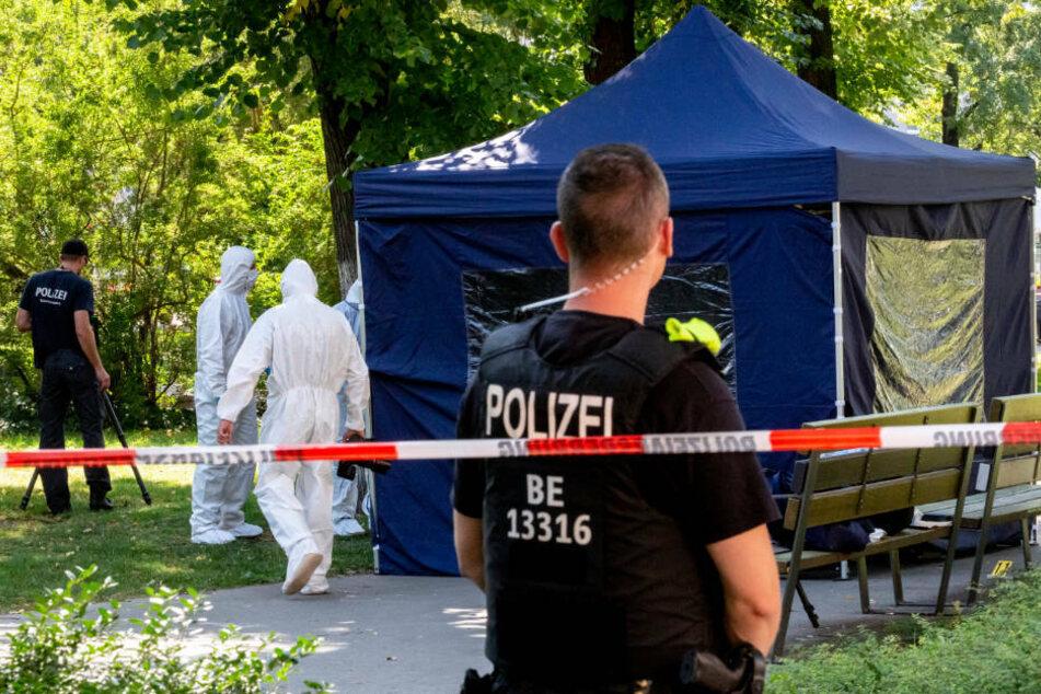 Beamte der Spurensicherung sichern in einem Faltpavillon Spuren am Tatort. Am 23. August 2019 wurde im Kleinen Tiergarten in Berlin ein 55-jähriger Georgier erschossen. Am Donnerstag werden erste Zeugen in dem Prozess gegen den mutmaßlichen Täter erwartet.