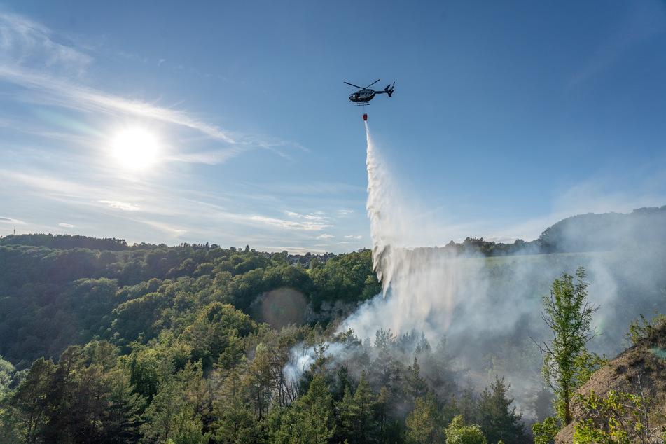 Waldbrand im ehemaligen Steinbruch bei Bad Berka. Ein Löschhubschrauber kam zum Einsatz.