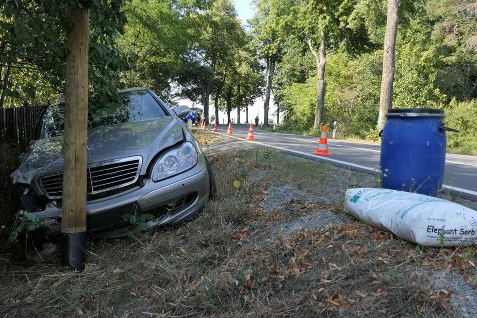 Der 71-Jährige krachte mit seinem Auto gegen einen Telefonmasten.