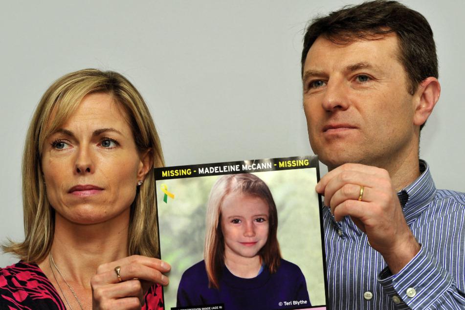 Kate und Gerry McCann, Eltern der vor 13 Jahren verschwundenen Britin Madeleine McCann halten bei einem Such-Aufruf das Foto ihrer Tochter.