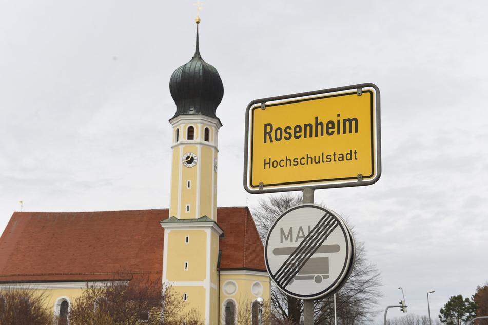 Das Ortsschild von Rosenheim und die Kirche Heilig Blut.