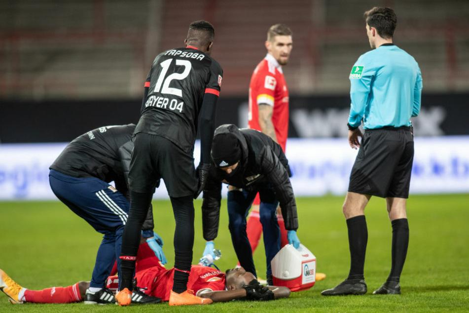 Unions Sheraldo Becker liegt verletzt am Boden und musste schon in der 24. Spielminute ausgewechselt werden.