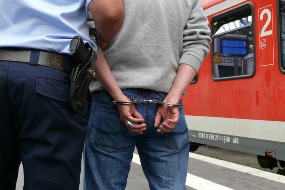 Die Bundespolizei nahm den Mann schließlich fest. (Symbolbild)