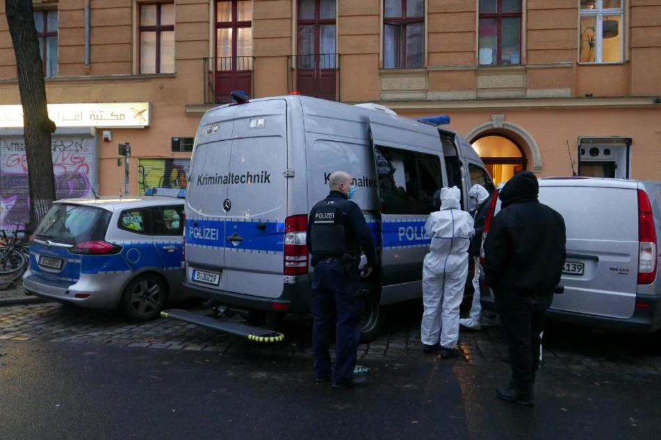 Ein Unbekannter warf während der Spurensicherung die Seitenscheibe eines Einsatzfahrzeuges der Kriminaltechnik vor dem Haus in der Mahlower Straße in Berlin-Neukölln mit einem Pflasterstein ein.