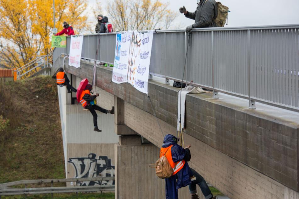 Umweltaktivisten seilen sich von Autobahnbrücken ab! Vollsperrungen und Staus im Berufsverkehr