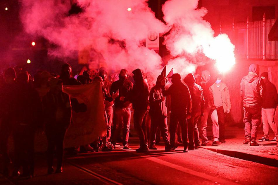 Randale am Samstag: Erst brennen Pyro-Fackeln, dann gibt es erneut Ausschreitungen in Connewitz mit Angriffen auf die Polizei und deren Hubschrauber.