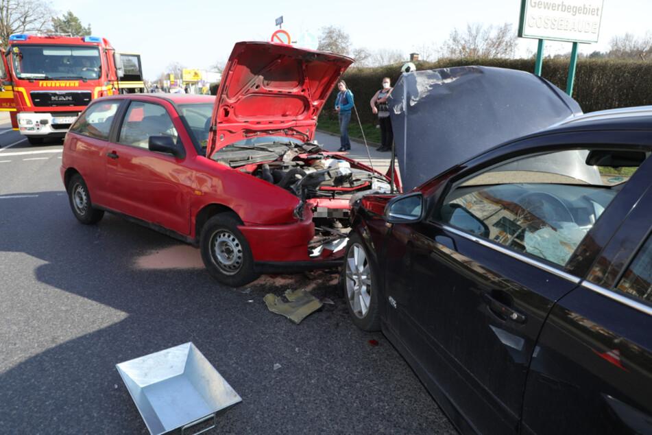 Beides Autos wurden durch den Unfall schwer beschädigt.