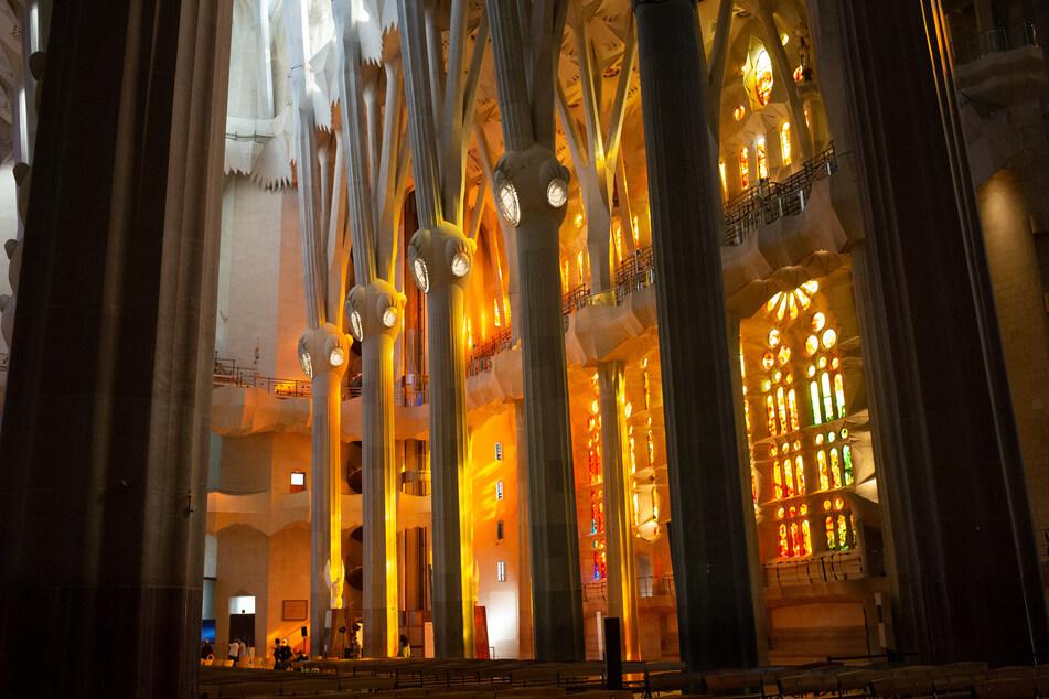 Die Bauarbeiten an der berühmten Basilika Sagrada Familia in Barcelona, die seit 2015 Unesco-Weltkulturerbe ist, sollen aufgrund der Corona-Pandemie und des Einbruchs des Tourismus doch nicht bis zum Jahr 2026 abgeschlossen werden.