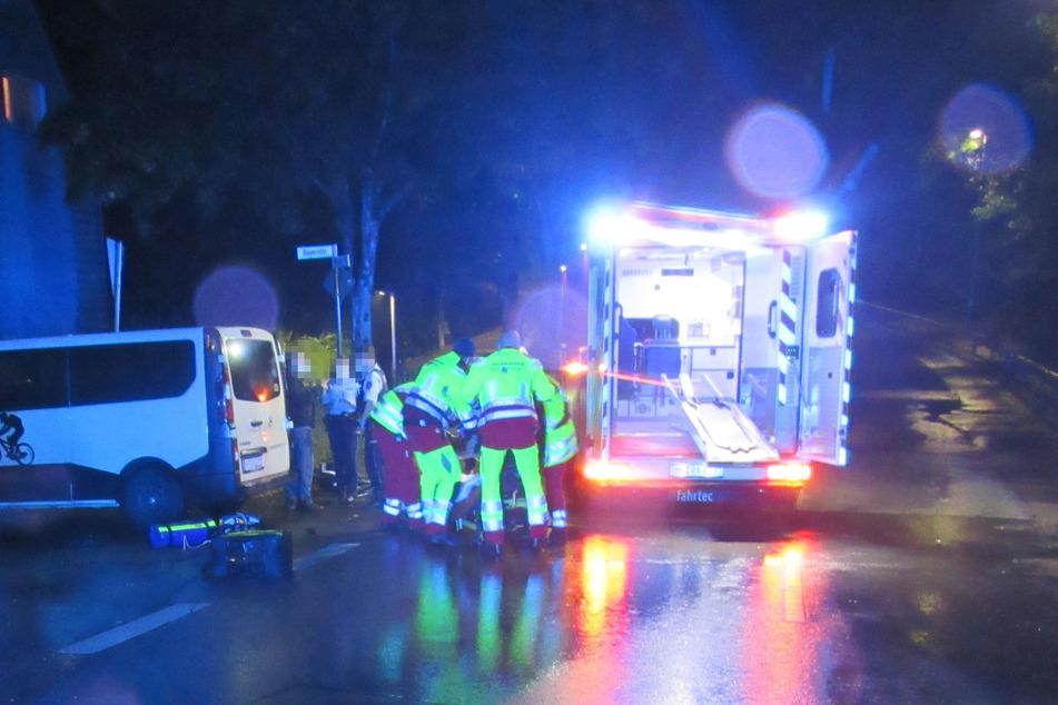 Der Radler (50) wurde bei dem Unfall in Heiligenhaus (Kreis Mettmann) schwer verletzt. Ein Rettungswagen brachte den Mann in eine Klinik.
