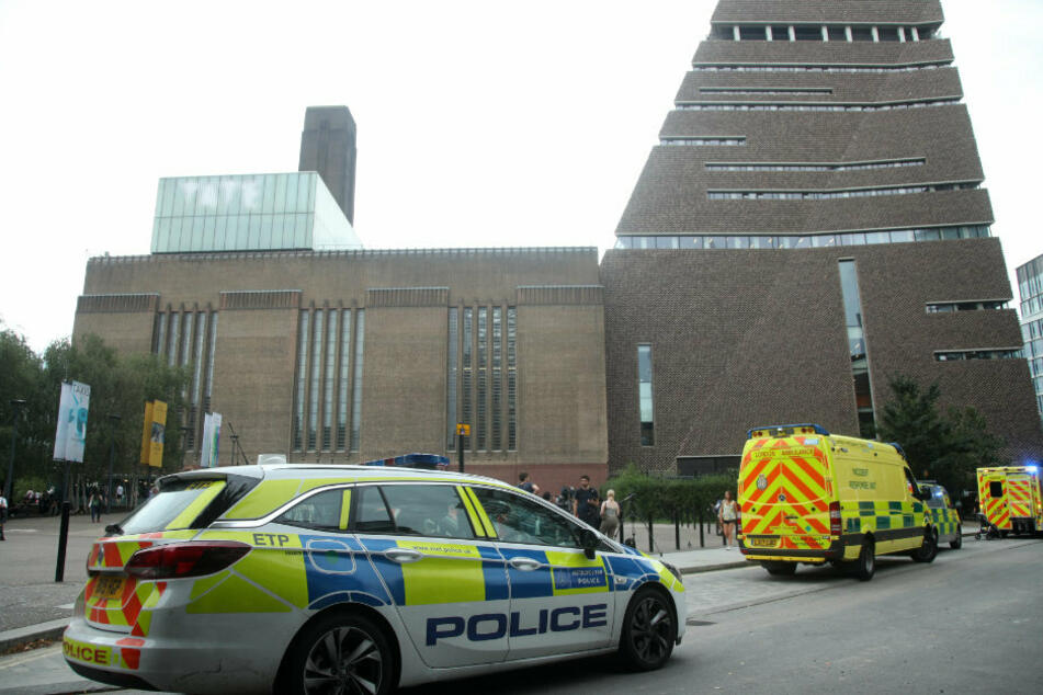 Ein Einsatzwagen der britischen Polizei steht vor dem bekannten Tate Modern Museum.