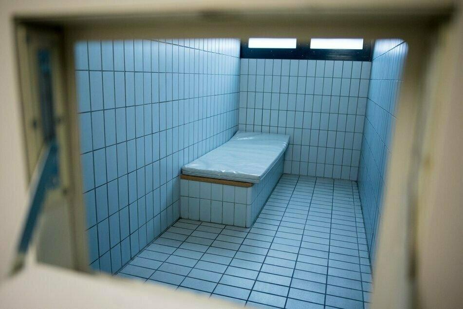 Der 19-Jährige kollabierte in einer Gewahrsamszelle. (Symbolbild)