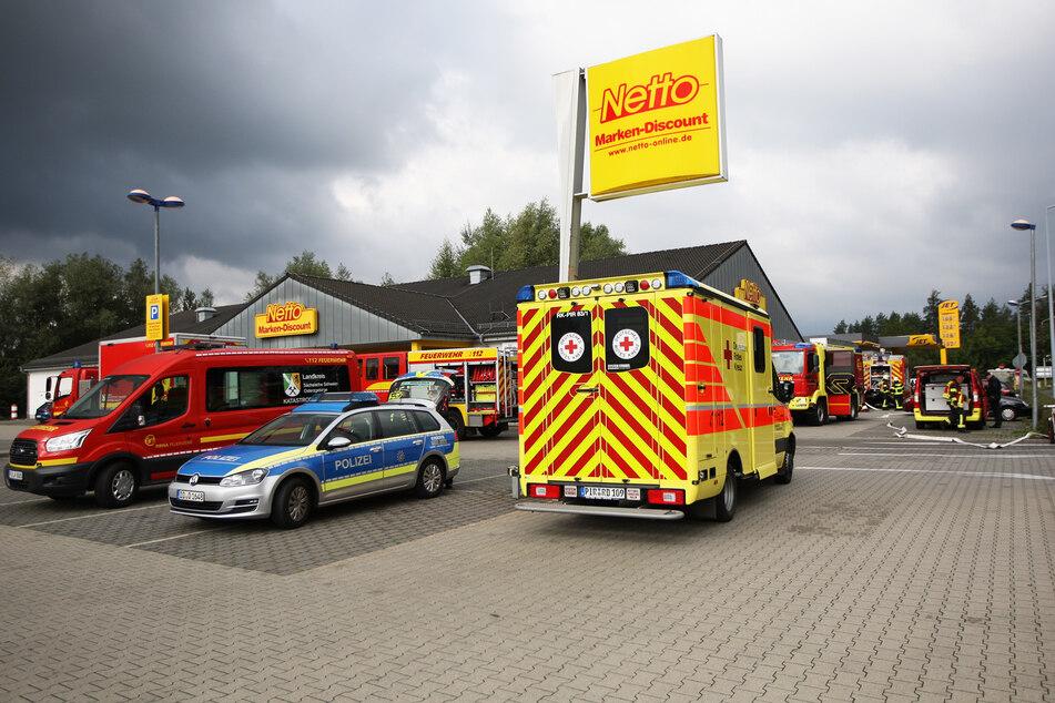 Feuerwehr, Polizei und Rettungsdienst rückten am Montagmorgen am Netto in Pirna-Copitz an.