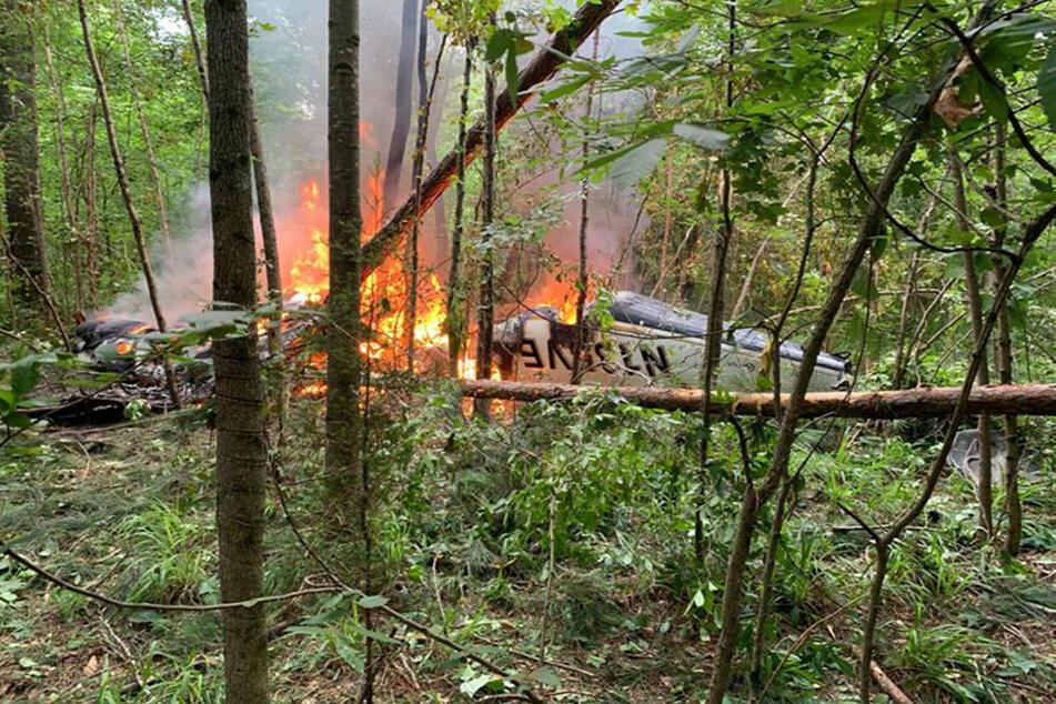 Bild vom Unglücksort: Die brennende zweimotorige Piper PA-31T.