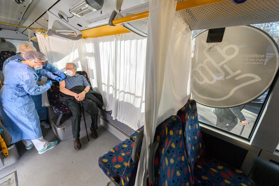 Linienbusse werden für die sogenannten rollenden Impfzentren umgebaut.