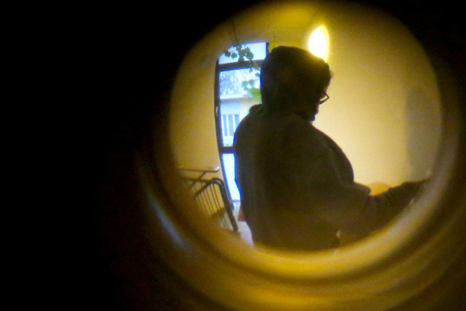Wohnung mit Kot beschmiert! Mann soll Nachbarn monatelang terrorisiert haben