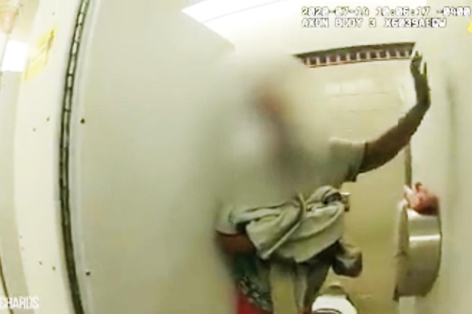 Eine unbekannte Frau brachte in dieser U-Bahn-Toilette ein Mädchen auf die Welt.