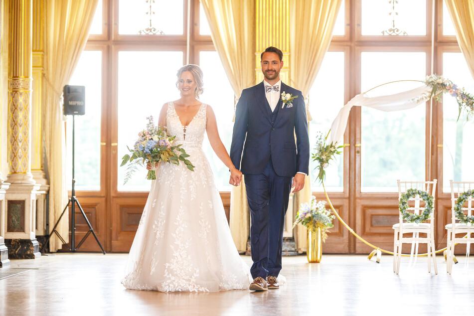So schön! Belinda (37) und Christian (35) posieren im Kronensaal von Schloss Albrechtsberg für das Cover des Hochzeitsmagazins.