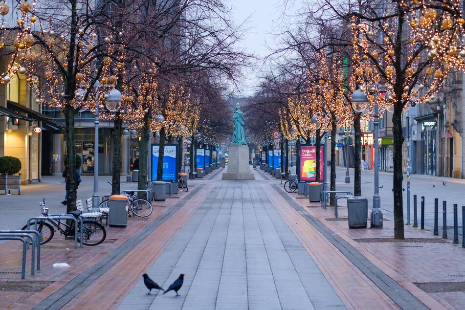 In der Debatte um verschärfte Corona-Schutzmaßnahmen und mögliche Geschäftsschließungen vor Weihnachten hofft der Handelsverband NRW auf eine frühzeitige Ankündigung der Maßnahmen.