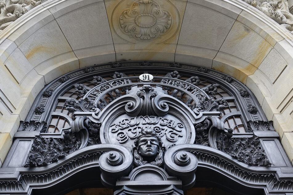 Ein Berliner Clan-Chef steht am Dienstag vor dem Richter (Symbolbild).