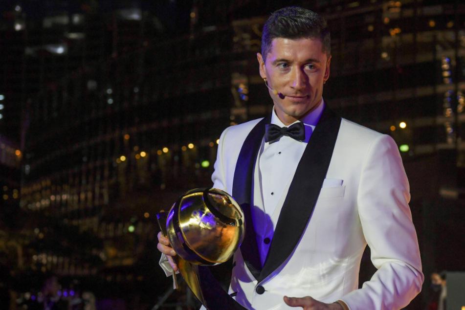"""Robert Lewandowski aus Polen hält seine """"Globe Soccer Award"""" Trophäe für den Spieler des Jahres in den Händen."""