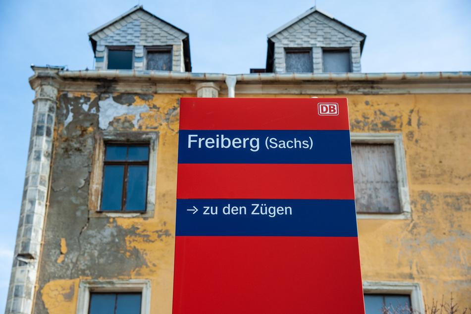 Kein schöner Anblick: Das Bahnhofsgebäude in Freiberg gammelt vor sich hin.