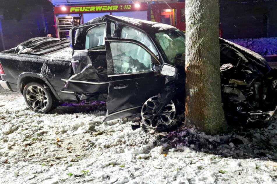 Schnee, Glätte, Alkohol? Pickup rauscht gegen Baum!
