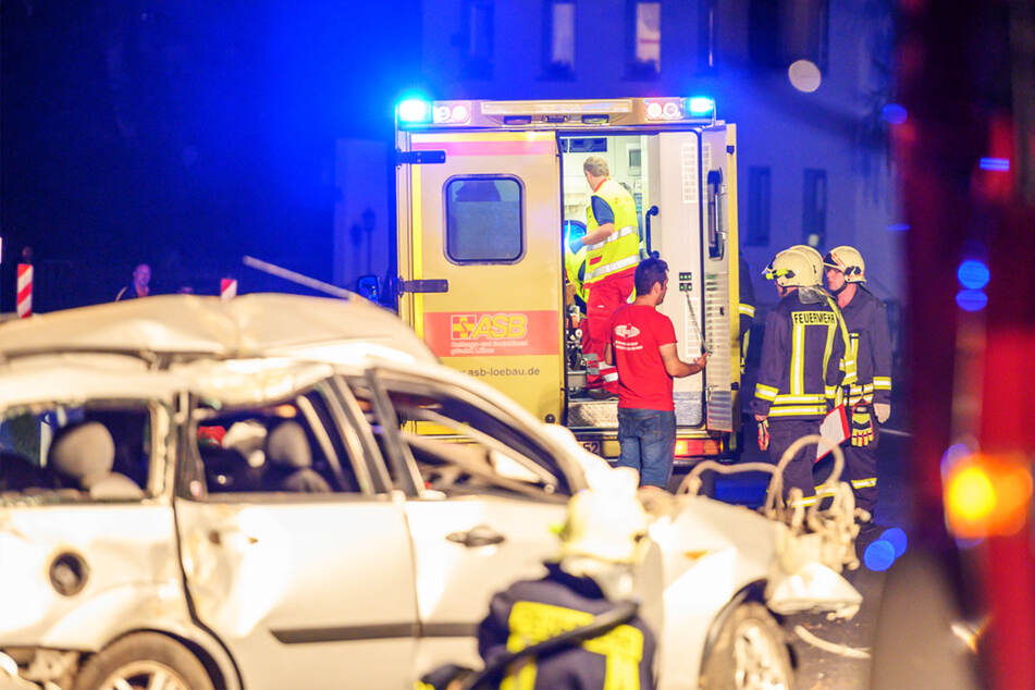 Im Rettungswagen wurden die beiden verletzten Männer versorgt, ehe sie mit einem Hubschrauber in ein Krankenhaus kamen.