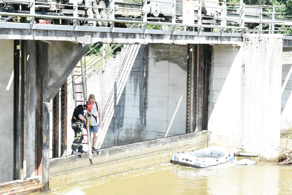 Lebensgefahr! Durch die starke Strömung wurde das Boot des Paares am Montag an das Isarwehr Großhesselohe getrieben.