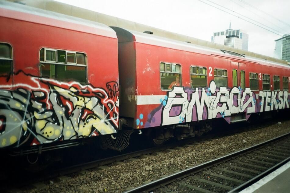 """Die Angeklagten haben mehrere Bahnwaggons mit Graffiti """"verschönert""""."""