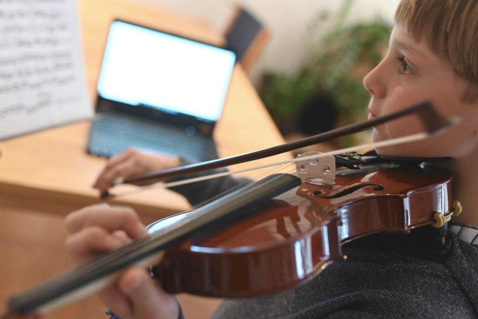 Musikschulunterricht aus der Ferne: Der neun Jahre alte Benjamin spielt auf seiner Geige.