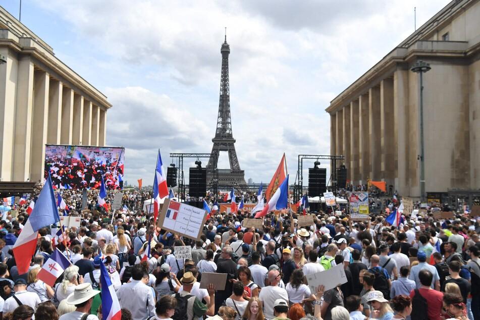 Am Wochenende protestierten sowohl in Paris als auch im Rest Frankreichs mehr als 160.000 Menschen gegen die neuen Corona-Regeln. Trotz allem Protest wurden die neuen Maßnahmen nun beschlossen.