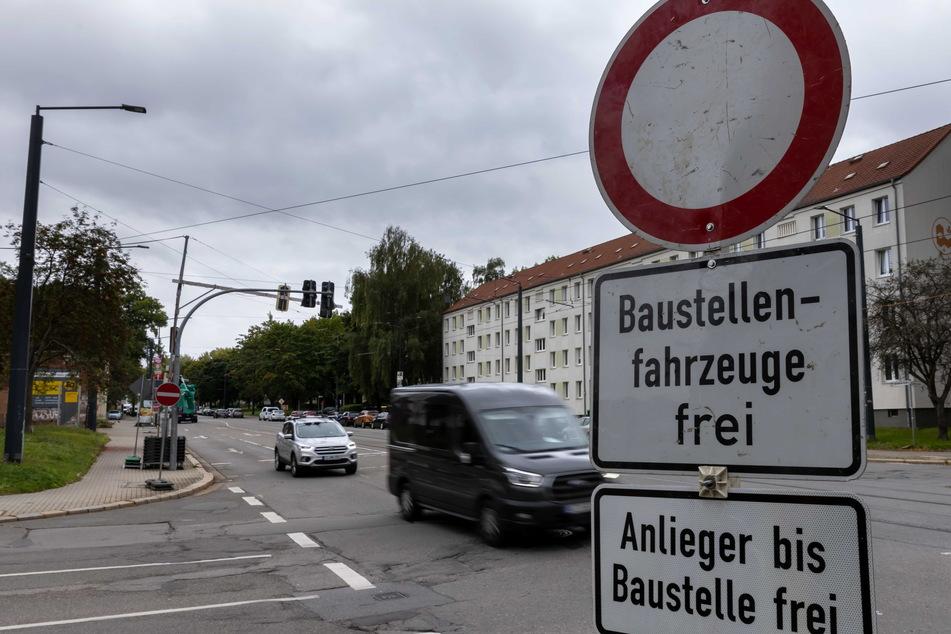 Während der Sperrung der Bernsdorfer Straße wird ein neuer Brückenträger (Walzträger) zwischen die Fundamente gehoben.