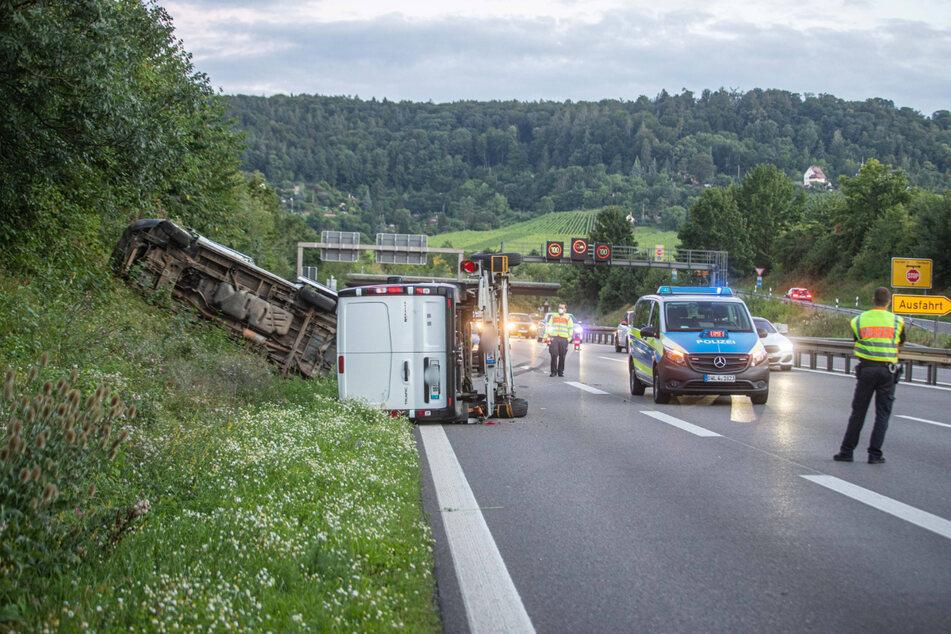 Der Anhänger des Kleintransporters kam ins Schlingern, woraufhin der Fahrer die Kontrolle über das Gespann verlor.